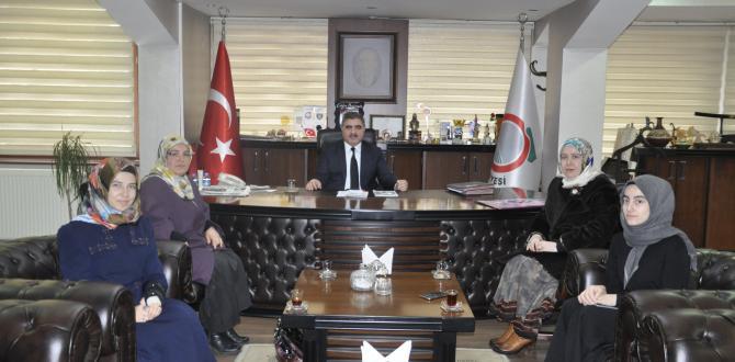 Bülbül Hatun Kız Anadolu İmam Hatip Lisesi öğretmen ve öğrencileri Belediye Başkanı Cafer Özdemir'i makamında ziyaret etti.